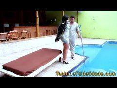 Brasileira bunduda metendo com limpador de piscinaa