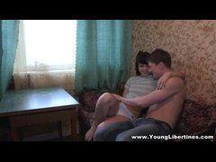 Jovem casal de amadores dando uma metidaa