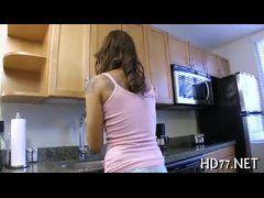 Gostosa com calcinha sexy metendo na cozinhaa
