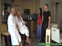 Velho tarado fazendo massagem em duas mulheres gostosasa