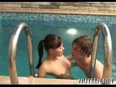 Vídeo de sexo na piscina com amiga incrívela