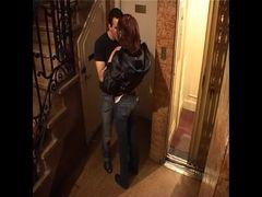 Camera de segurança flagra casal se pegando na escadariaa